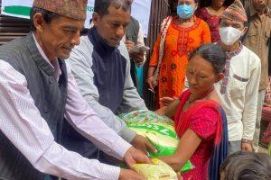गुल्मी काठमाडौं सम्पर्क समितिले मुसीकोट र ईस्माका बाढीपहिरो पिडितलाई राहत हस्तान्तरण